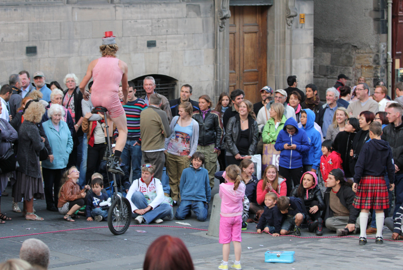 street performer playing to the crowd
